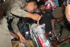 Petugas Satpol PP Tarakan saat mengamankan sejumlah petasan dan senjata mainan dari salah toko mainan di Kota Tarakan.