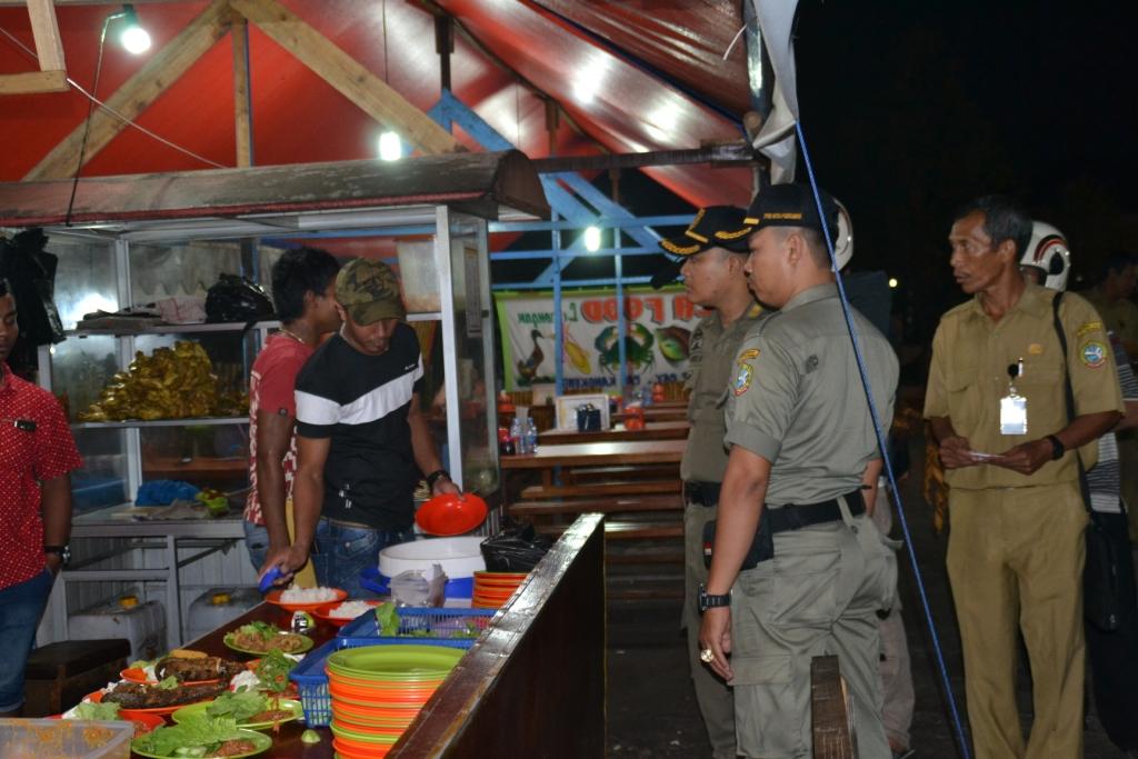 Petugas Dispenda Pontianak didampingi Satpol PP mendatangi melakukan pembinaan pajak di salah satu warung lamongan. (Doc humas)