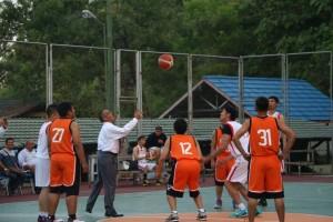 Walikota Tarakan Sofian Raga melempar bola pertama sebagai tanda membuka Kejuaraan Bola Basket Antar Club se Kota Tarakan, Rabu (19/08).