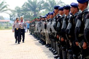 Kapolda Kaltim Irjen Pol Andhayono saat mengecek asukan pada Apel Gelar Pasukan Operasi Mantap Praja Kayan di Lapangan Agatis Tanjung Selor, Rabu (26/08)