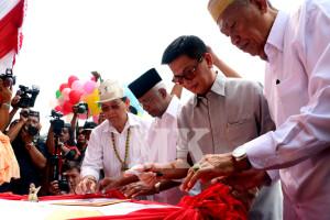Dr. Jusuf SK-DR. Marthin Billa bersama DR. Irianto Lambrie-H. Udin Hianggio menandatangani surat deklarasi damai, Rabu (26/08).