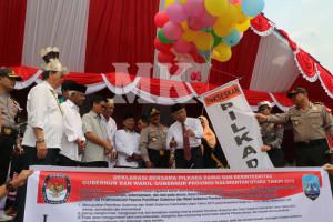 Pj Gubernur Kaltara Triyono Budi Sasongko melepas balon udara sebagai tanda deklarasi Pilkada Damai dan Berintegritas di Kaltara, Rabu (26/08)