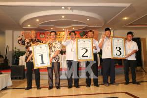Tiga kandidat calon Bupati dan Wakil Bupati Kabupaten Bulungan memperlihatkan nomor urut yang didapatnya pada Rapat Pleno Terbuka, Rabu malam (26/08).
