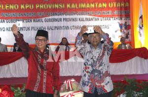 Calon Gubernur Provinsi Kaltara Dr. Jusuf SK memperlihatkan nomor urut satu dan DR. Irianto Lambrie mendapatkan nomor urut dua, Selasa (25/08).