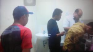 Dua oknum tak berkompeten (menggunakan baju hitam dan baju lengan bewarna merah) yang diduga berperan mengkriminalisasi tes urine M. Yahya HT.