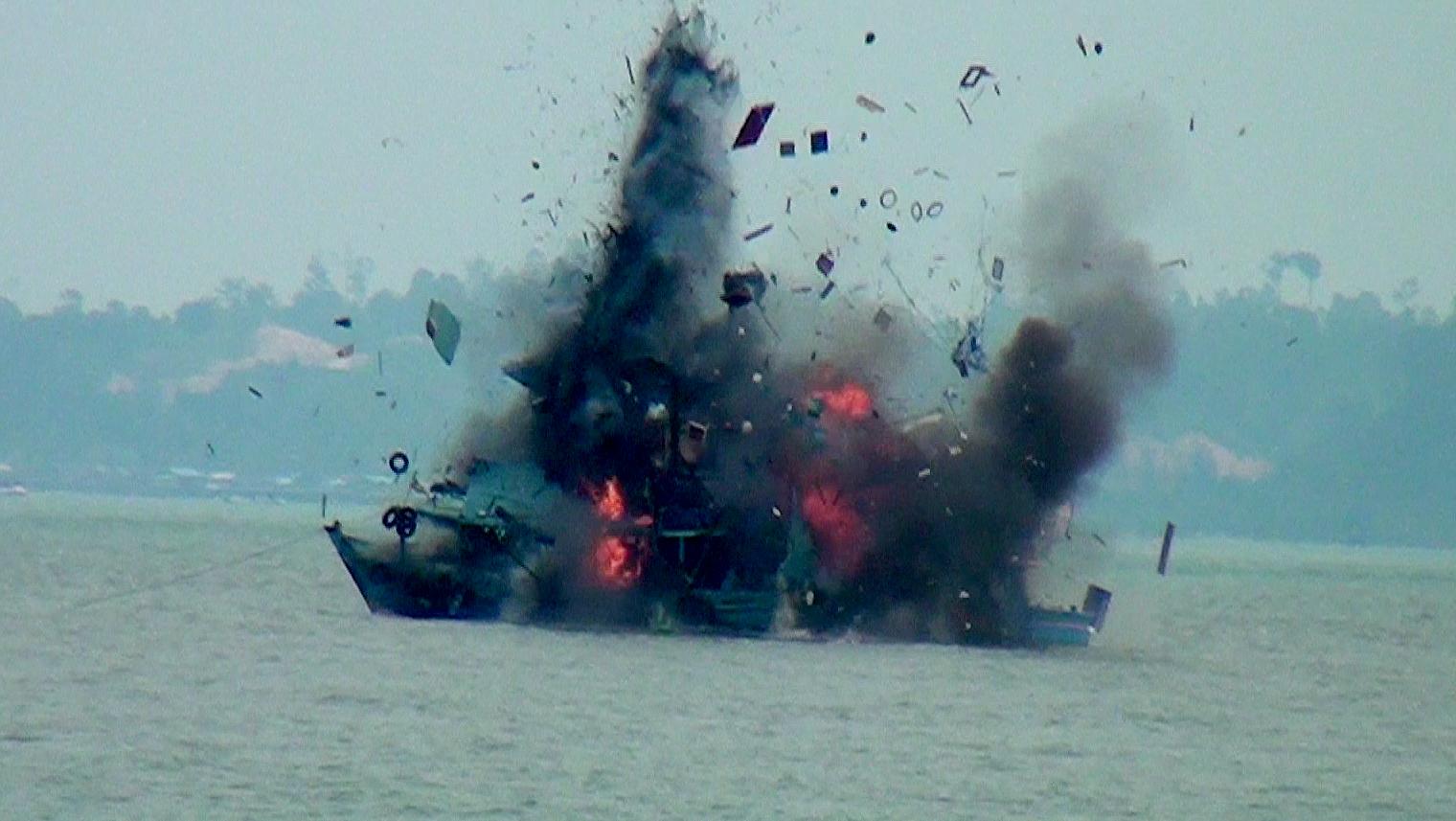 Salah satu kapal asing yang diledakan Lantamal XIII di perairan Tanjung Pasir, Kota Tarakan, Selasa (18/08) 2015.