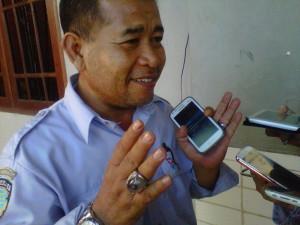 Abdul Rauf, Ketua Ranting PAN Kelurahan Kampung Satu mengaku tak sependapat dengan keputusan partainya mengusung kandidat calon gubernur dan wakil gubernur di luar kader sendiri.