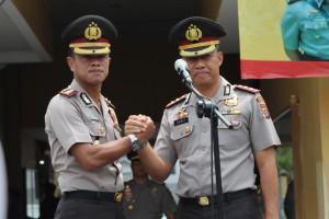 Kapolres Tarakan baru AKBP Dani Hamdani (kiri) melakukan salam komando dengan Kapolres Tarakan lama AKBP Syarif Rahman (kanan).