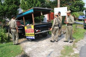 Satpol PP Kota Tarakan saat mengamankan Suwondo yang berjualan di pinggiran Jalan Jendral Sudirman, Selasa (08/09). (him)