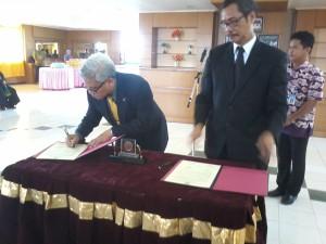 Maringan Silalahi (kanan) saat melakukan penandatanganan pelantikan sebagai Kepala Biro Umum, Keuangan dan Administrasi Universitas Borneo.