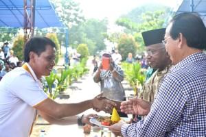 Ketua TIm Pemenangan Supaad Hadianto kala memberikan potongan tumpeng syukuran hari jadi Provinsi Kaltara ke 3 kepada Pasangan Jusuf SK-Marthin Billa.
