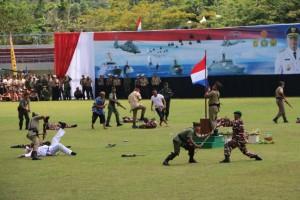 Pasukan TNI kala berupaya menurunkan bendera Belanda dan kembeli merebut kekuasaan Indonesia dari Pasukan NICA, Senin (05/10).