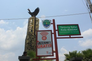 Tugu CInta Damai menjadi tempat yang ramai dikunjungi warga untuk mengakses internet gratis.