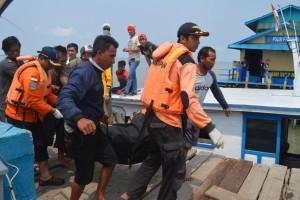 Jasad Amiruddin kala dievakuasi oleh petugas Basarnas dan nelayan.