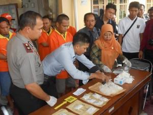 Wakapolres Tarakan Kompol Hendri KD Sidabutar saat memimpin pemusnahan sabu-sabu di Polres Tarakan.