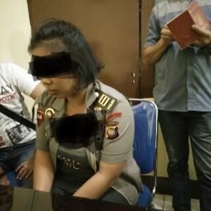 Polwan gadungan Dea ketika dimintai keterangan di Polres Pontianak.