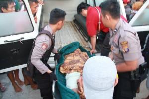 Wanda, warga Bukit Cinta saat diangkat petugas menuju ambulan. Kini jenazah korban divisum di RSUD Tarakan.