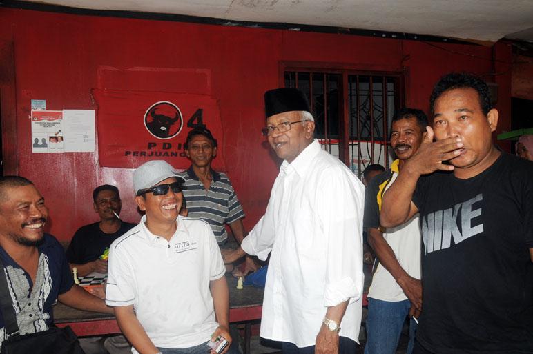 Canda tawa mengiringi kunjungan calon gubernur Kaltara dr. Jusuf SK di markas PDI Perjuangan Kota Tarakan.
