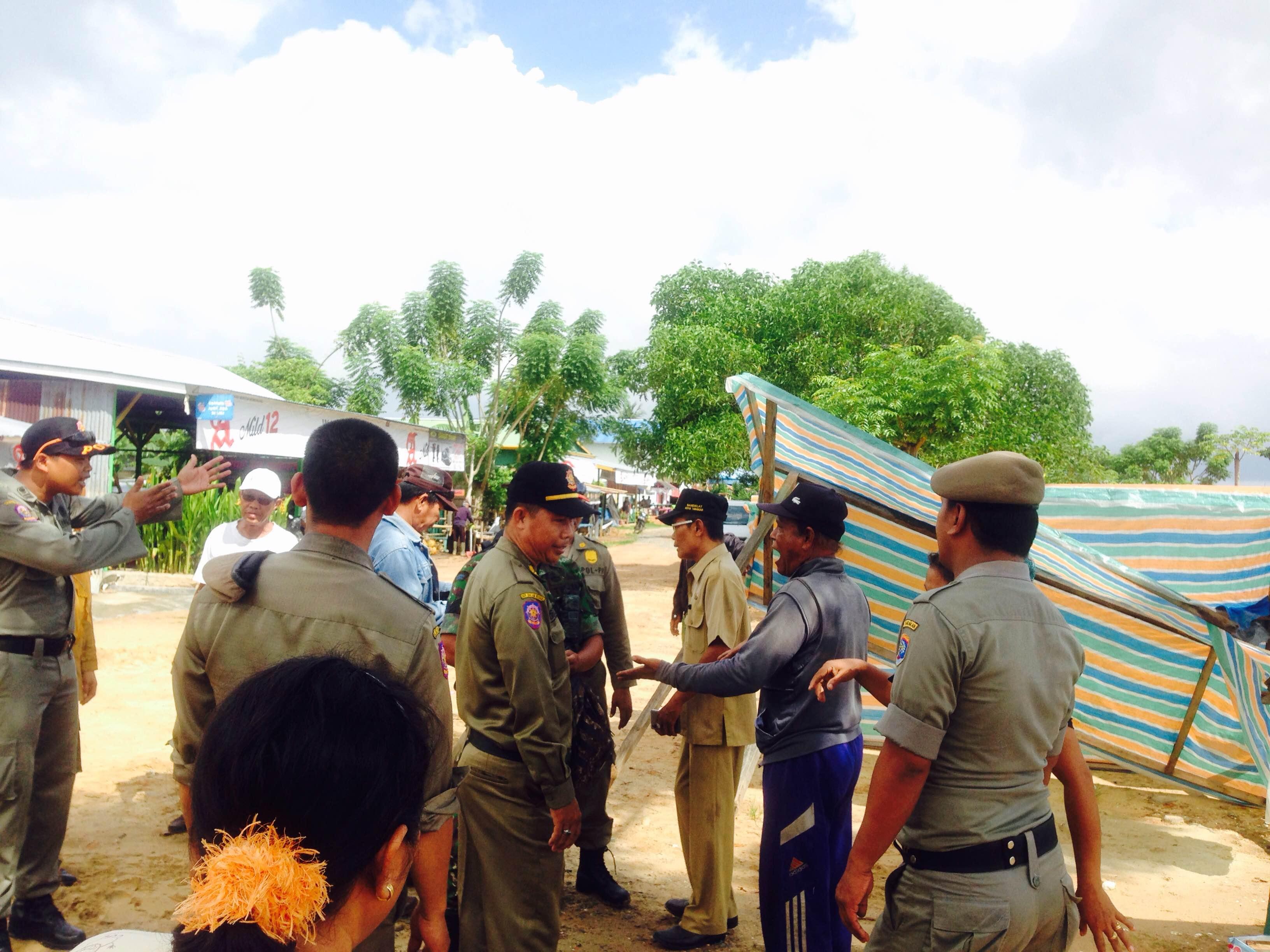 Pembongkaran tempat makan di Pantai Amal sempat mendapat penolakan dari sejumlah pemilik warung.