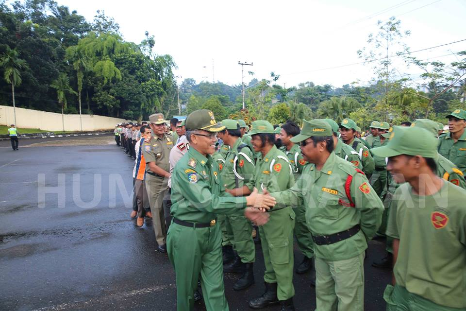 Walikota Tarakan Sofian Raga saat menyalami ratusan petugas Linmas yang siap diterjunkan mengamankan Pilgub Kaltara.