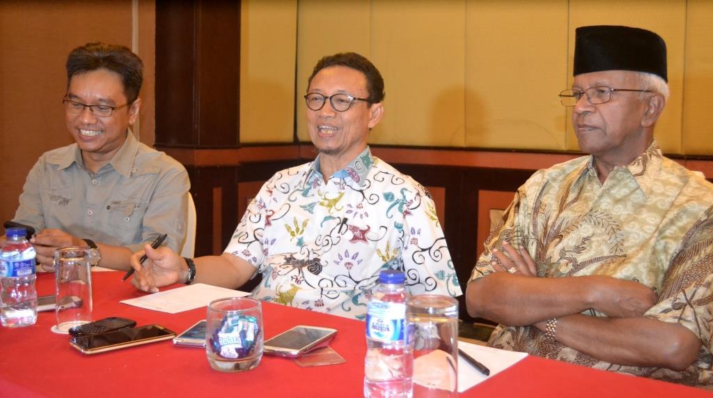Prof Ryaas Rasyid (tengah) didampingi Isra Komandan Mata Nusa (kiri) dan dr. Jusuf SK (kanan).