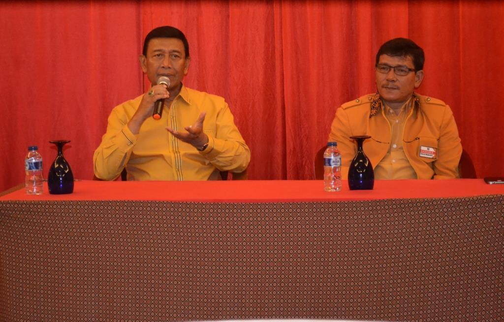 Ketua Umum DPP Partai Hanura Wiranto (kiri) dan Calon Wakil Bupati Kabupaten Bulungan Ingkong Ala.