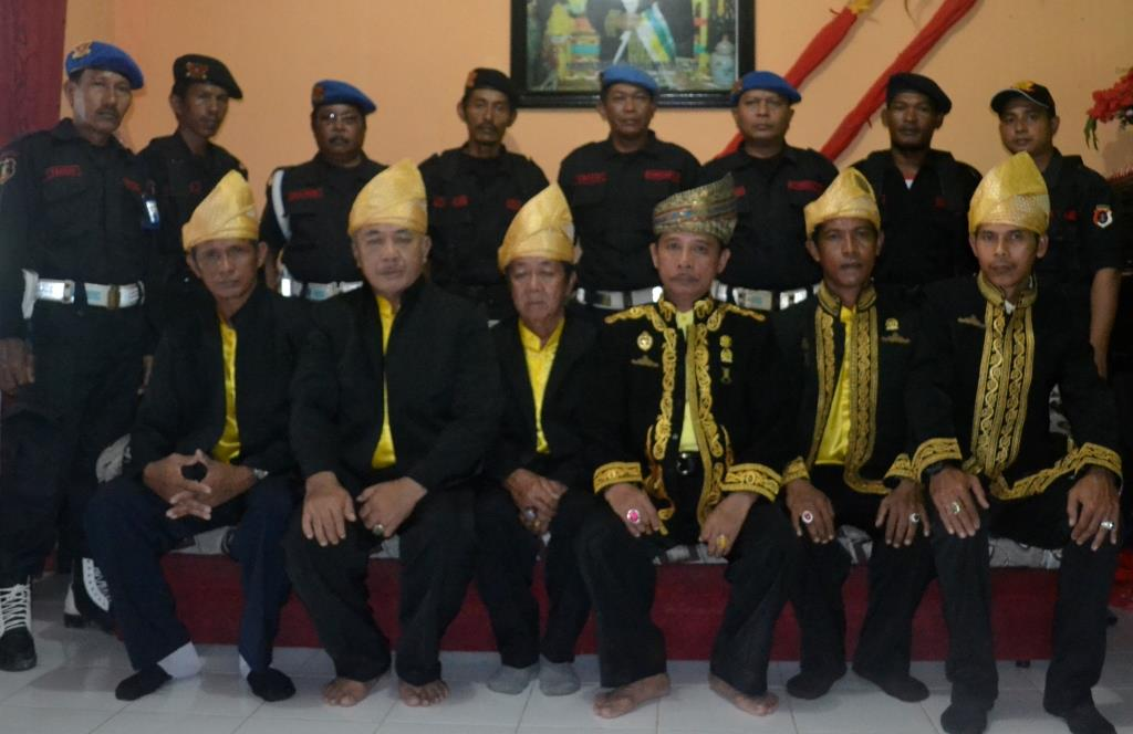 Ketua Dewan Ketua Dewan Dayak Tidung Provinsi Kaltara  Adji Pengiran Abdul Wahab (tengah duduk) bersama pengurus lainnya.