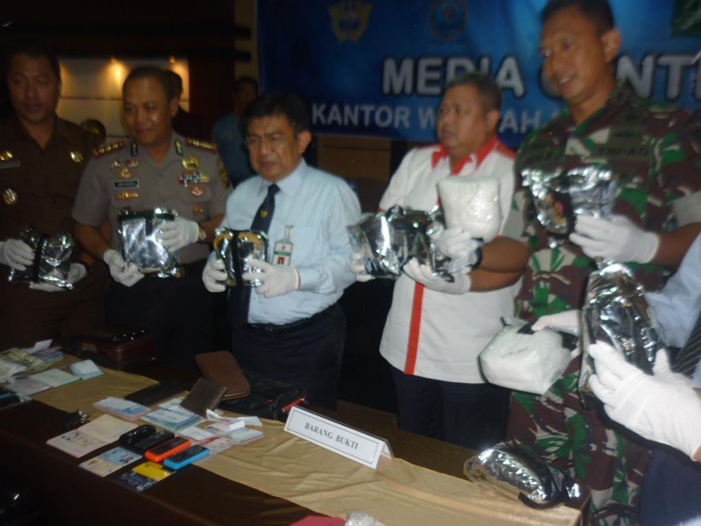 Barang bukti 11,2 kilogram sabu-sabu yang dirilist petugas dalam jumpa pers, belum lama ini.