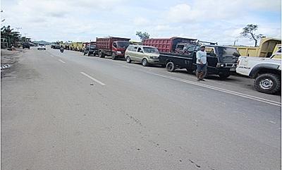 Antrian kendaraan roda empat yang terlihat di sepanjang Jalan Katamso. Sejumlah supir keluhkan langkahnya premium dan solar di Kabupaten Bulungan.