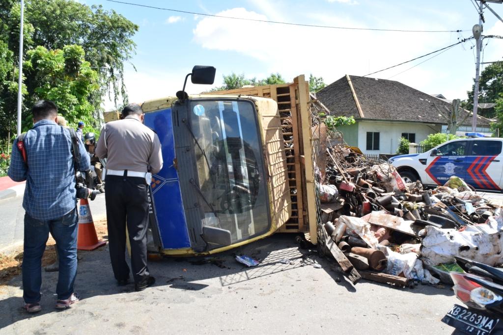 Besi bekas berhamburan di dekat rumah dinas Wakil Gubernur lantaran terjadinya kecelakaan tunggal.