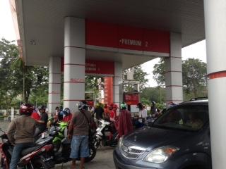 "Pasca penurunan harga BBM, sejumlah SPBU di Kota Tarakan ramai ""diserbu"" para pengendara."