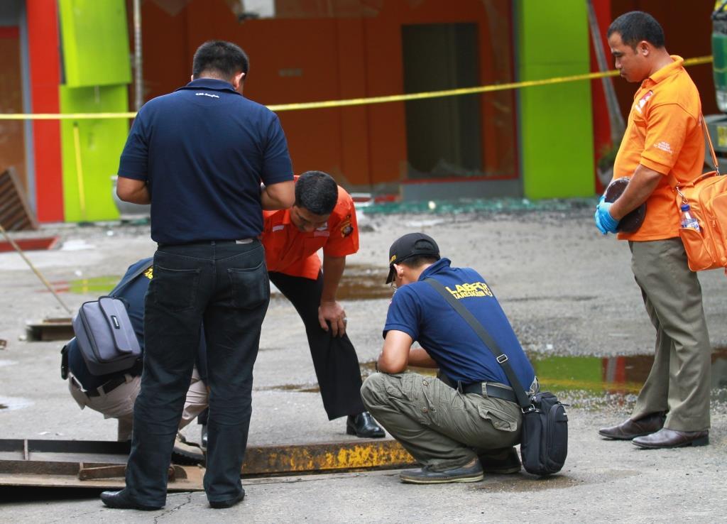 TIm Labfor dan Inafis lakukan olah TKP meledaknya SPBU di Jalan Hasanuddin.