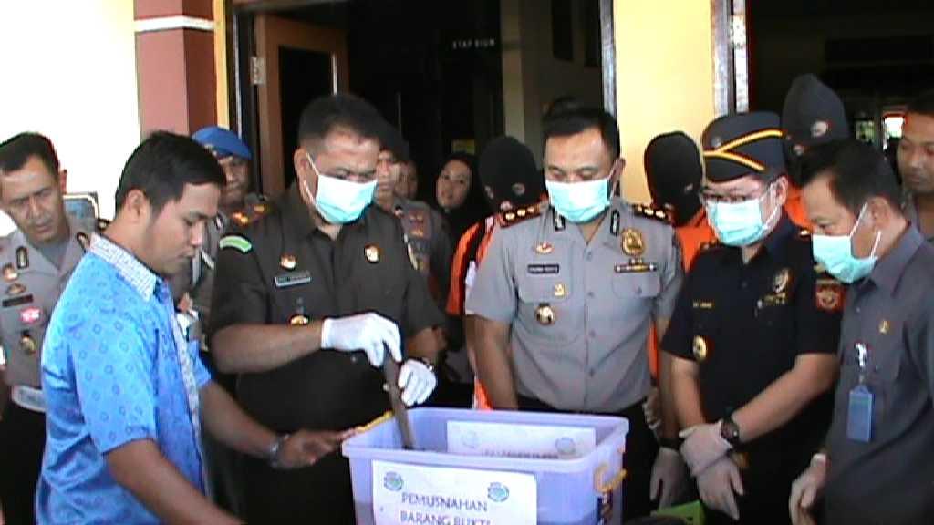 Kapolres Nunukan AKBP Pasma Royce bersama Kepala Bea dan Cukai Nunukan Maz Rorry serta  disaksikan Kepala Pengadilan dan Kepala Badan Narkotikan Nasional (BNN) Nunukan melakukan pemusnahan sabu-sabu senilai Rp3 miliar.