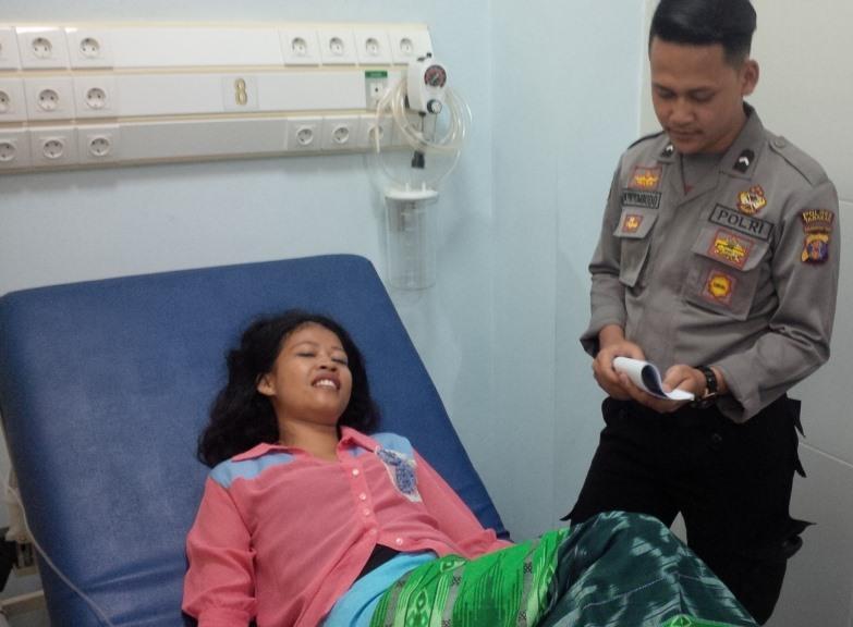 Hapsah korban penjambretan saat dimintai keterangan di RSUD Tarakan.