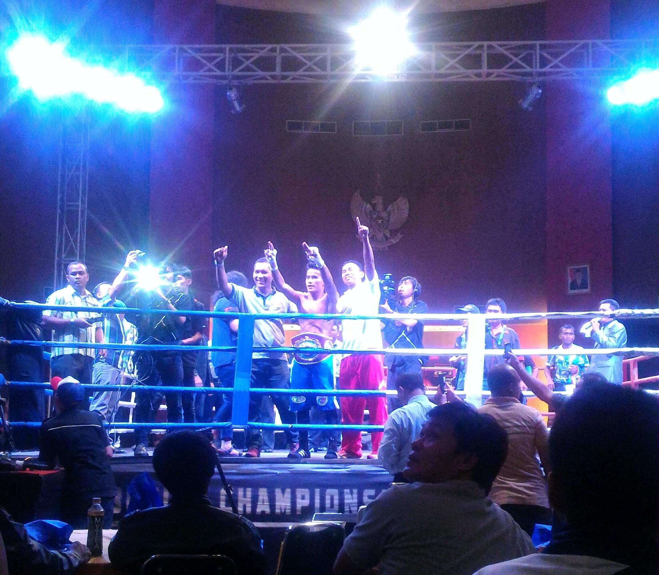 Petinju tuan rumah Kalbar, Iwan Zoda berhasil memberikan kado prestasi dengan mempertahankan gelar sabuk juara WBO Asia yang digelar di PCC, Pontianak, Kamis malam (31/12).