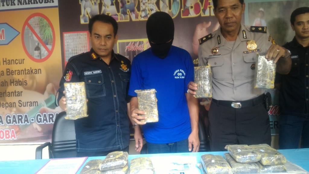 ZF kala diamankan petugas bersama barang bukti ganja asal Aceh seberat 8.987 Kg.