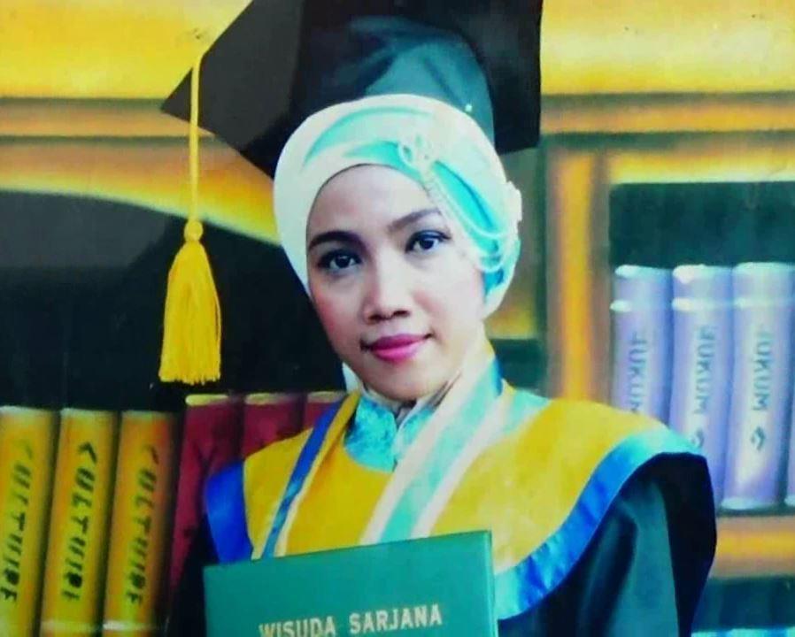 Foto Riskiyana saat wisuda di salah satu Perguruan Tinggi Swasta. Kini, guru cantik itu hilang sejak 5 Januari lalu.