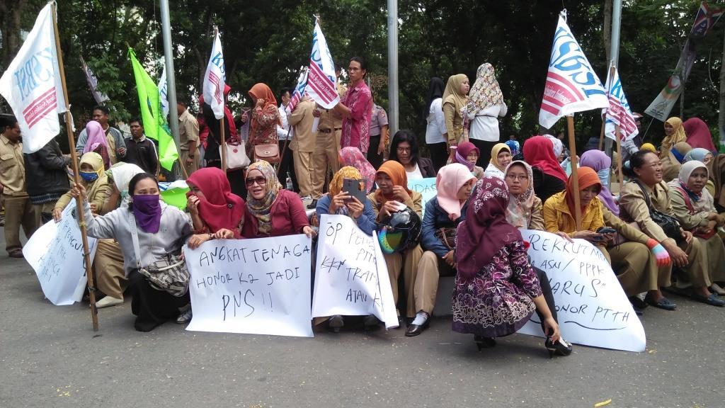 Puluhan guru honorer di Samarinda berdemo di depan Kantor Walikota Samarinda.