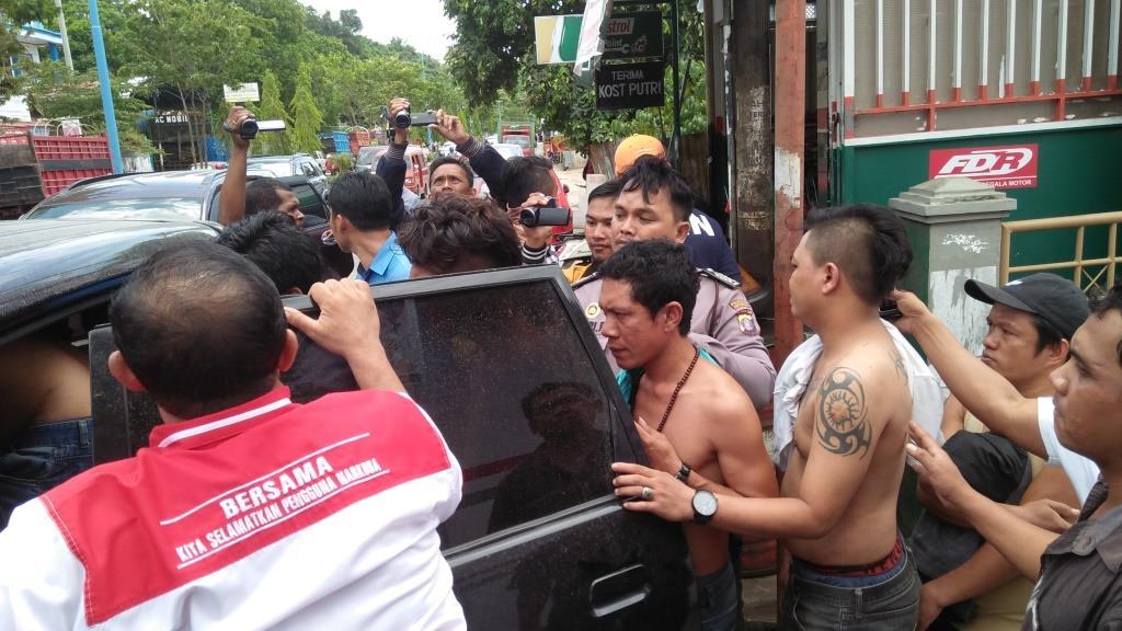 Sembilan pria yang diduga menjadi bandar sabu-sabu digiring petugas ke mobil tanpa menggunakan baju.