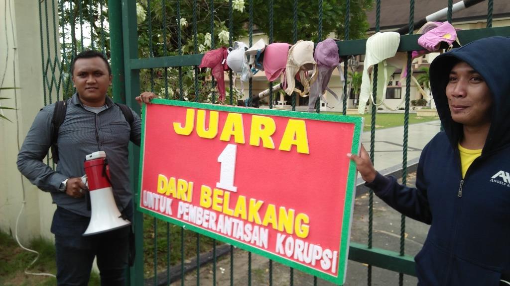 Aktivis Jamper menggantung sejumlah Bra atau BH di pintu gerbang Kejati Kaltim.