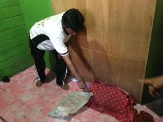 Ketua RT 20 Kelurahan Selumit Pantai menunjukkan posisi korban saat pertama kali ditemukan di TKP.