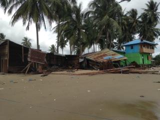Salah satu rumah di RT 06 Kelurahan Pantai Amal roboh diterpa ombak setinggi 2 meter lebih.