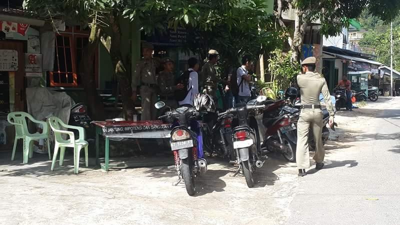 Sejumlah pelajar SMK yang diamankan petugas Satpol PP lantaran bolos sekolah dan asyik nongkrong di warung kopi.