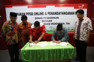 GM PT. Telkom Cabang Kalimantan Utara Ahmad Habsyi bersama Kepala Disdik KOta Tarakan Ilham Noor melakukan penandatangan MoU PPDB online.