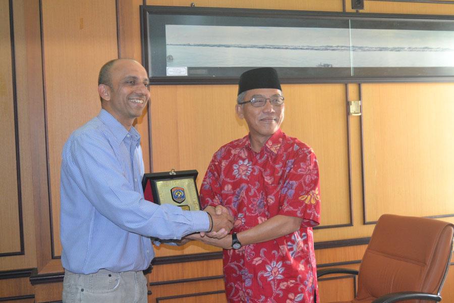 Walikota Tarakan Ir. Sofian Raga memberikan cinderamata kepada Investor PT. Adani Global Uday Kumar.