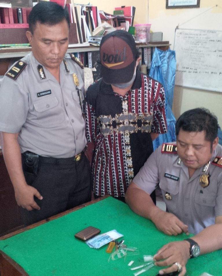 PNS di Kesbangpol Kota Tarakan Sfy saat dimintai keterangan di Polres Tarakan karena tertangkap tangan menjual sabu-sabu.
