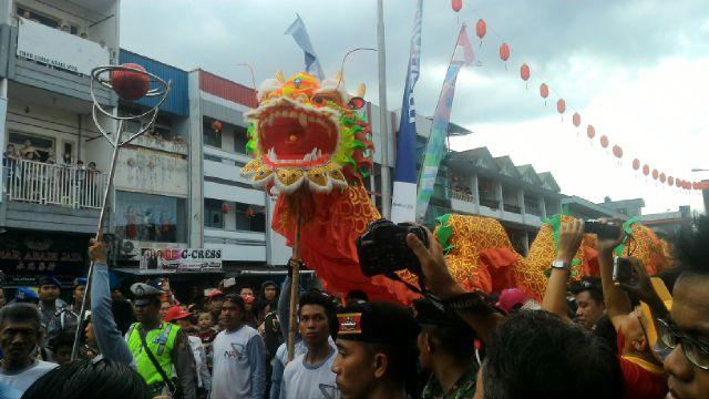 Replika naga membuat perayaan Cap Go Meh di Kota Pontianak semakin meriah.