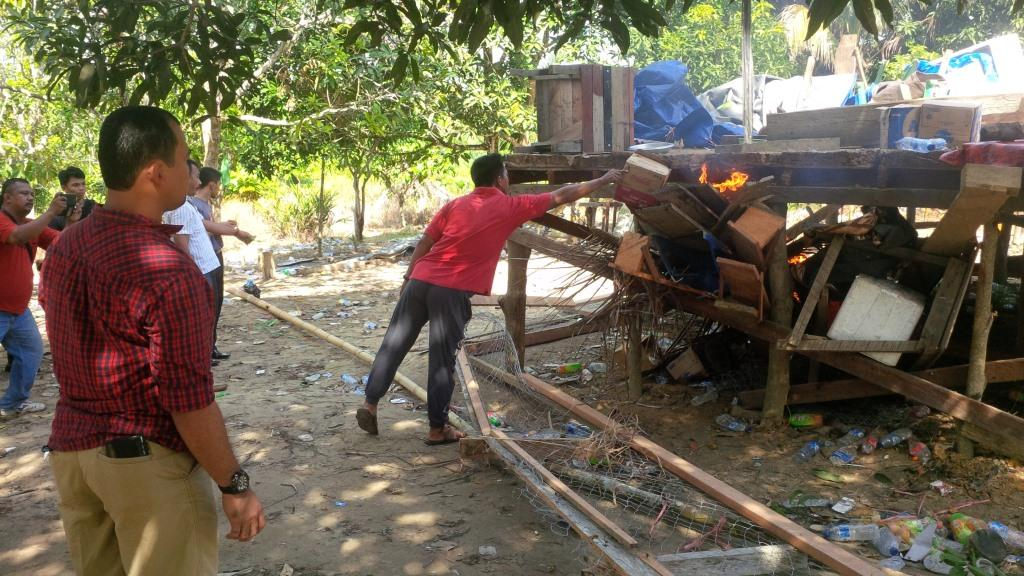 Gelanggang dan perlengkapan judi sabung ayam dimusnakahkan Polres Tarakan langsung di TKP.