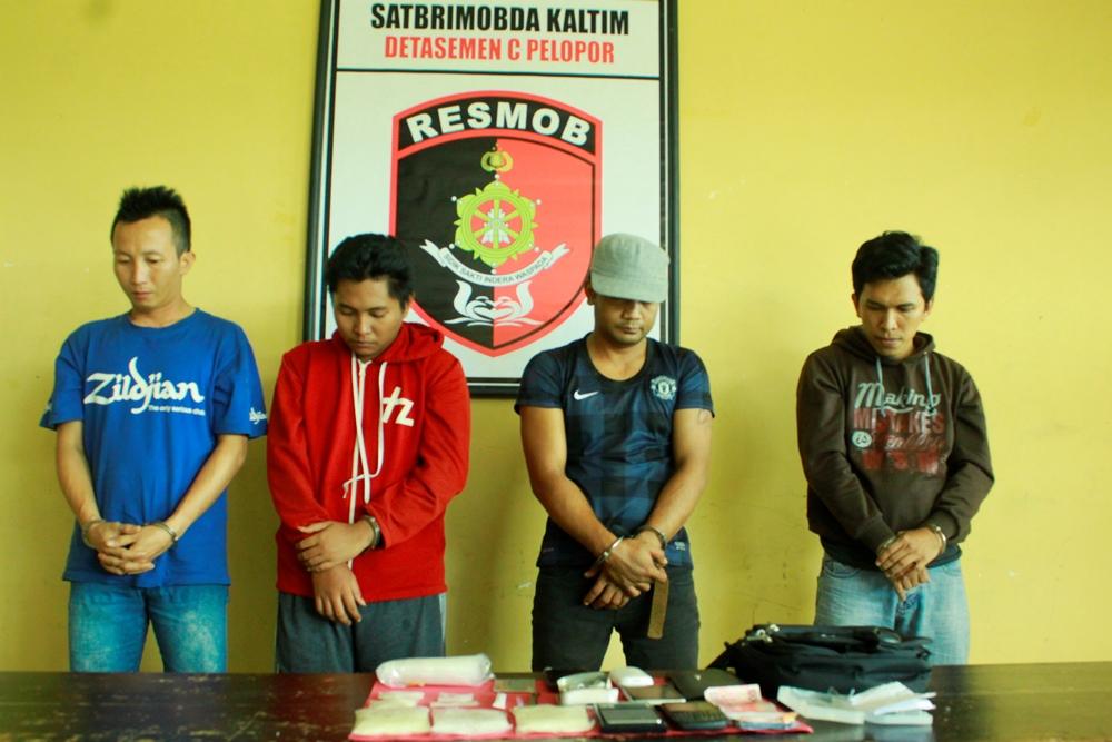 Keempat tersangka pengedar dan pemakai sabu-sabu di SMP Negeri 3 Tarakan yang diamankan Satbrimob Polda Kaltim.