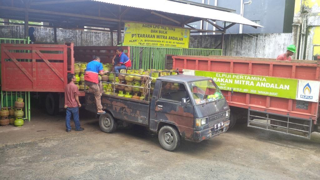 Aktifitas pendistribusian tabung gas di salah satu agen di Kota Tarakan.